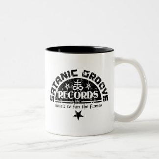 Cruz del vintage y logotipo satánicos de los taza de café de dos colores