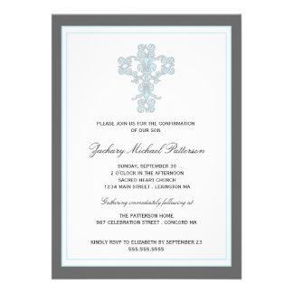 Cruz elegante en la invitación azul de la confirma