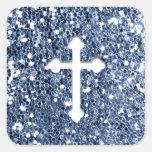 Cruz en blanco en mirada azul del brillo calcomanía cuadrada