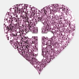 Cruz en blanco en mirada rosada del brillo pegatina en forma de corazón