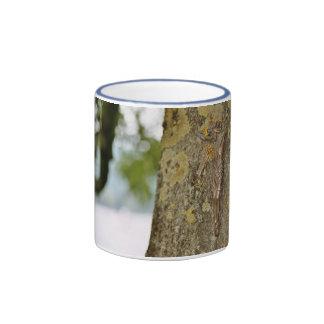 Cruz en la madera taza a dos colores