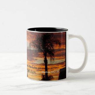 Cruz en la puesta del sol taza de café de dos colores