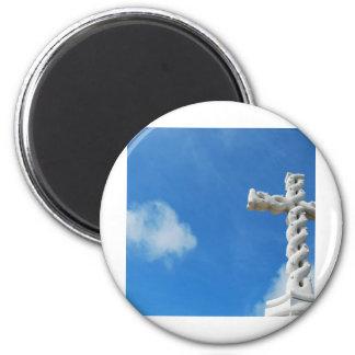 Cruz en nubes y cielo azul imán redondo 5 cm