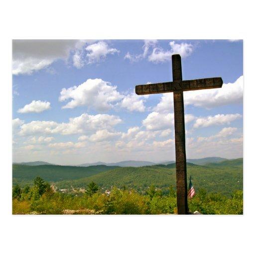 Cruz en una colina postales