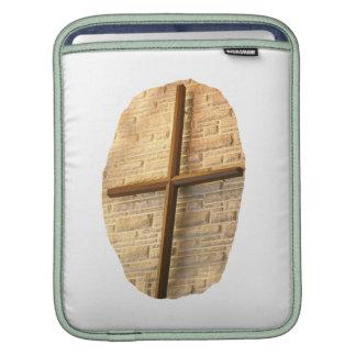 Cruz fina de madera en la pared blanca de la igles fundas para iPads