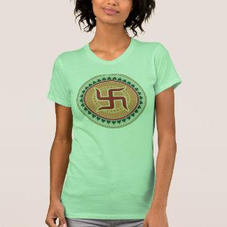 Cruz gamada con el estilo indio tradicional camiseta