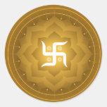 Cruz gamada espiritual en Lotus Etiquetas Redondas