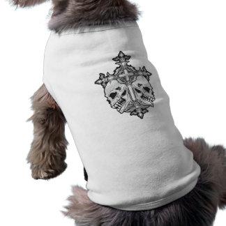 Cruz gótica con los cráneos playera sin mangas para perro