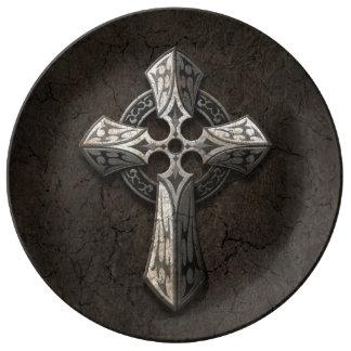 Cruz gótica de piedra áspera con los embutidos plato de cerámica