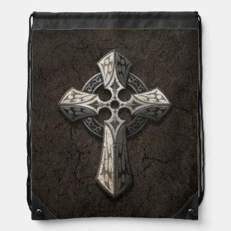 Cruz gótica de piedra áspera con los embutidos tri mochila