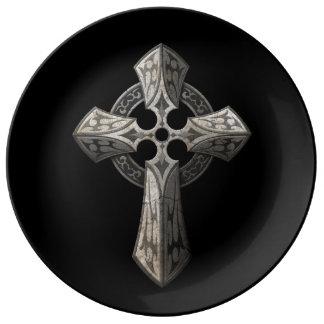 Cruz gótica de piedra con los embutidos tribales plato de cerámica