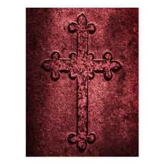 Cruz gótica de piedra tallada en rojos postal