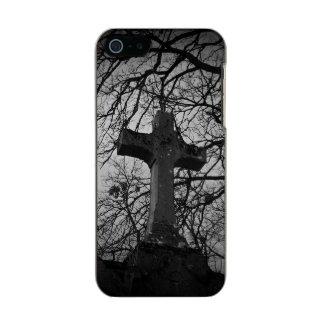 Cruz grave del cementerio abrigada por las ramas funda para iPhone 5 incipio feather shine