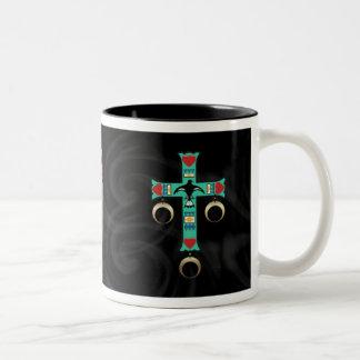 Cruz india americana con dos plumas taza de café