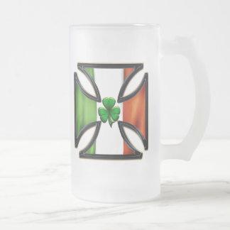 Cruz irlandesa del hierro de la bandera con el jarra de cerveza esmerilada