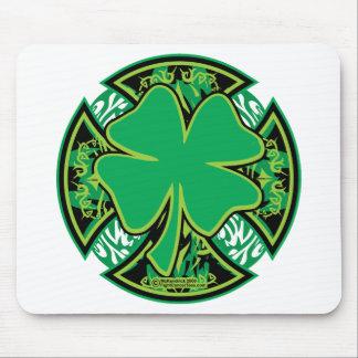Cruz irlandesa del trébol alfombrillas de ratón