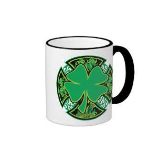 Cruz irlandesa del trébol taza a dos colores