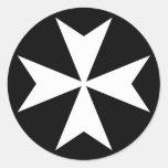Cruz maltesa blanca etiquetas redondas