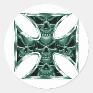 Cruz malvada 4 del hierro pegatina redonda