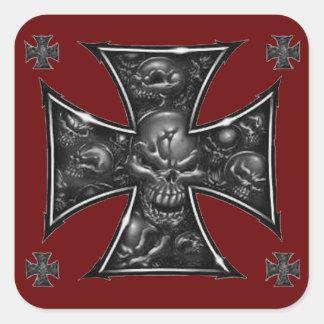 Cruz malvada del hierro de los cráneos pegatina cuadrada