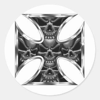 Cruz malvada del hierro pegatina redonda