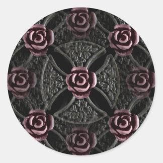 Cruz medieval gótica del hierro con el rosa pegatina redonda