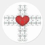 Cruz metálica del Flourish con el corazón rojo Pegatina Redonda
