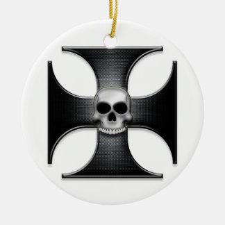 Cruz negra del hierro con el cráneo adorno navideño redondo de cerámica