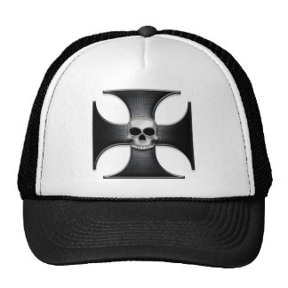 Cruz negra del hierro con el cráneo gorro de camionero