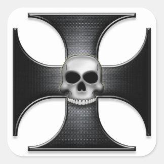 Cruz negra del hierro con el cráneo pegatina cuadrada