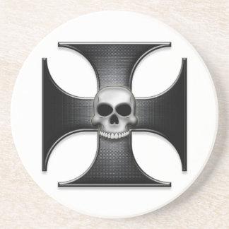 Cruz negra del hierro con el cráneo posavasos para bebidas