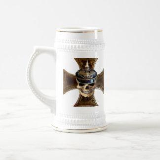 Cruz prusiana del hierro del cráneo w jarra de cerveza