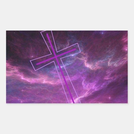 Cruz púrpura en cielos púrpuras pegatina rectangular