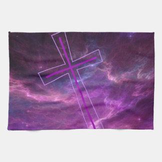Cruz púrpura en cielos púrpuras toalla de cocina