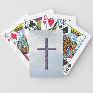 Cruz religiosa (lavanda texturizada) en cielo azul baraja
