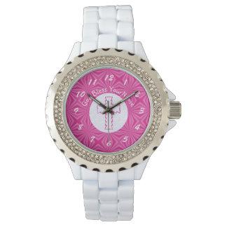 Cruz rosada del zigzag en el rosa blanco y reloj de mano