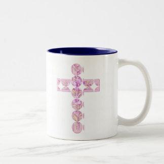 Cruz rosada feliz de Pascua con los lirios Taza De Café De Dos Colores