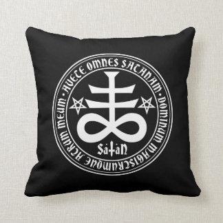 Cruz satánica con el texto y los Pentagrams de Cojines