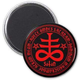 Cruz satánica con el texto y los Pentagrams de Imán