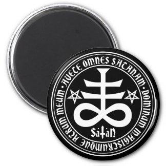 Cruz satánica con el texto y los Pentagrams de Imán Redondo 5 Cm