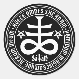 Cruz satánica con el texto y los Pentagrams de Pegatina Redonda