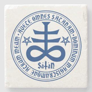 Cruz satánica con el texto y los Pentagrams de Posavasos De Piedra