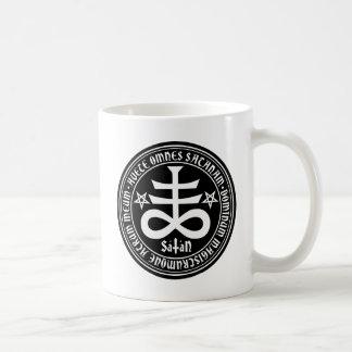 Cruz satánica con el texto y los Pentagrams de Taza De Café