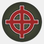 Cruz solar (rojo, blanco y negro en verde) etiquetas redondas
