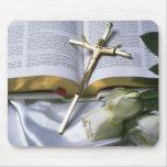 Cruz y biblia alfombrilla de raton
