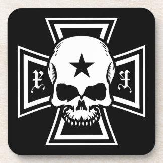Cruz y cráneo del hierro del estilo del motorista posavasos de bebidas