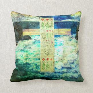 Cruz y flores cristianas, mar azul, ondas, cielo cojín