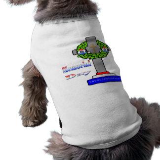 Cruz y guirnalda - ropa del mascota del Memorial D Playera Sin Mangas Para Perro