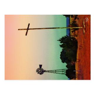 Cruz y molino de viento en país de la colina postales