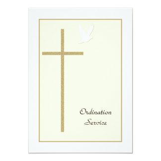 Cruz y paloma de la invitación de la ordenación de